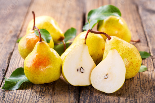 Photo fresh pears with leaves