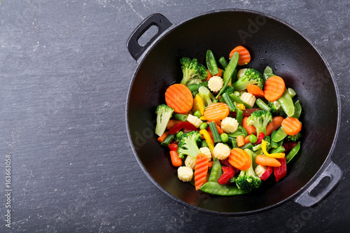 Photo  stir fried vegetables in a wok