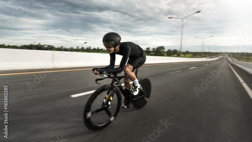"""Obraz na płótnie Azjatyccy mężczyźni są rowerem """"rowerów na czas"""" rano"""