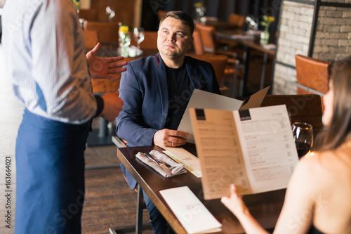 Plakat Kelner serwuje sałatkę w restauracji
