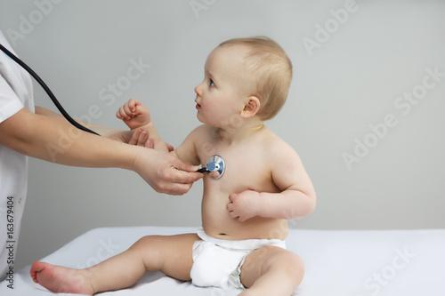 Plakat mały chłopiec słucha bicia serca