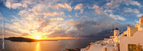 Photo  Sunset in Oia village on Santorini island, Greece