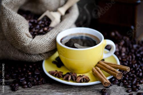 filizanka-kawy-i-kawowe-fasole-na-drewnianym-stole