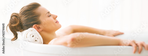 Fotografija Portrait of young woman relaxing in bathtub