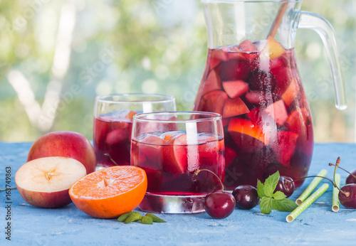 pyszny-letni-napoj-w-dzbanku-i-szklankach-w-czerwonym-kolorze