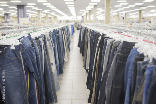 Photo The jeans on the hanger counter in the store