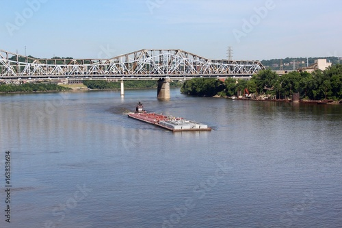 The barge headed up river on the boarders of Kentucky and Ohio. Obraz na płótnie