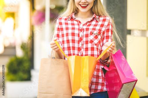 Plakat Portret młoda szczęśliwa uśmiechnięta kobieta z torba na zakupy. Zbliżenie.
