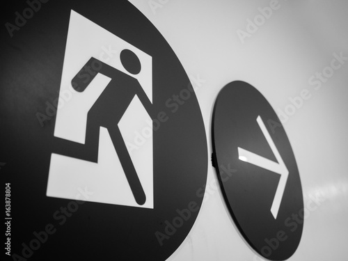 Pinturas sobre lienzo  Black and white of close up Emergency exit sign