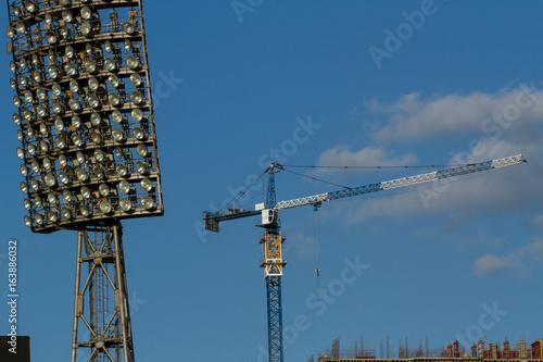 Fototapeta premium Budowa stadionu. Lekki panel i dźwig wieżowy