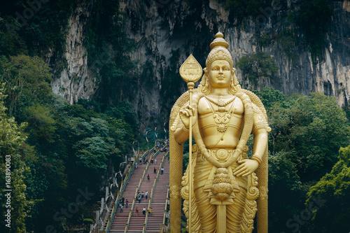 Photo  Batu Caves statue and entrance near Kuala Lumpur, Malaysia