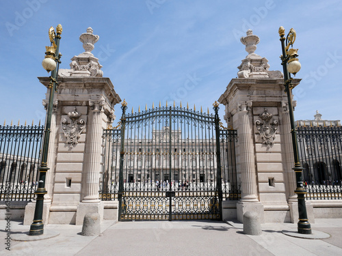 Foto  Gate of Palacio Real de Madrid or Royal Palace of Madrid in Spain