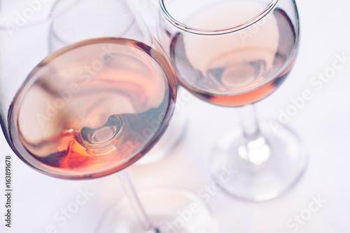 Foto op Canvas Alcohol rose wine glasses