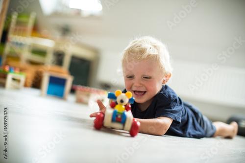 Fotografie, Obraz  Junge mit dem Spielauto