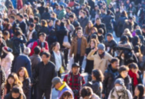 Plakat Nieostry obraz tłumu ludzi w mieście