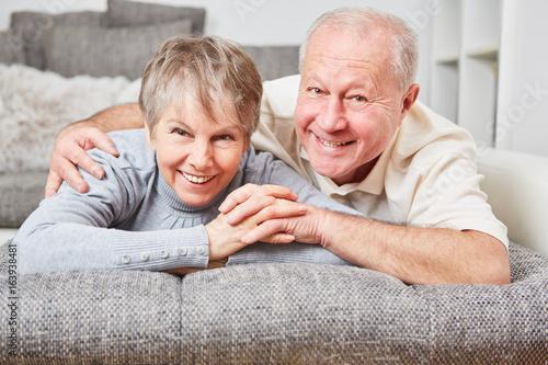 Plakat Szczęśliwa para seniorów w salonie