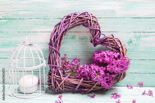 dekoracja-slubna-w-postaci-serca-wykonanego-przy-pomocy-kwiatow-bzu