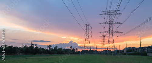 Fotografia Group silhouette of transmission towers (power tower, electricity pylon, steel lattice tower) at twilight in US