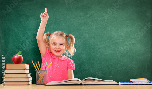 Plakat Szczęśliwa dziewczyna podnosi rękę w klasie