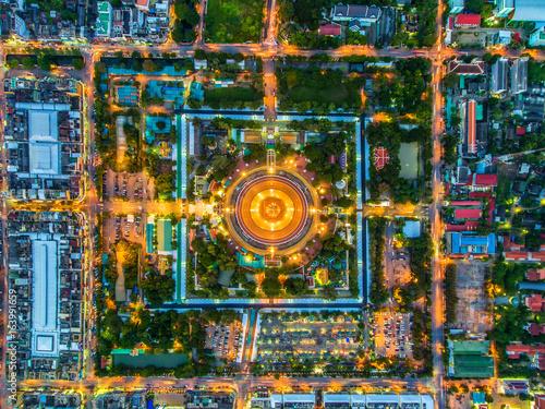 Plakat Widok z lotu ptaka Drogowy rondo z samochodowymi udziałami w Tajlandia piękna street Światło na drodze przy nocą i miastem w Tajlandia Światła samochody na drodze Filipa Pathom Chedi.