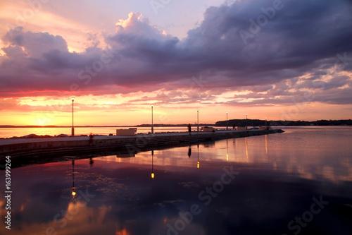 Plakat Letni zachód słońca nad jeziorem. Piękny krajobraz z dramatycznym zmierzchem po wieczór burzy na jeziornym Mendota w mieście Madison, Wisconsin, usa. Długi ekspozycji poziomy strzał.