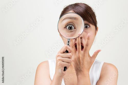 Fotografie, Obraz  虫眼鏡・驚く女性