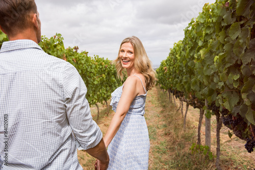 Photo Couple enjoying in vineyard