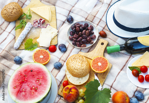 Stickers pour portes Pique-nique Top view summer garden picnic. Summer party