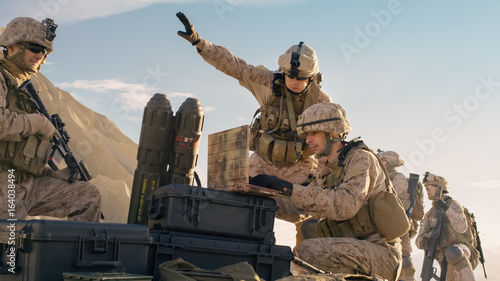 Fotografía  Soldiers are Using Laptop Computer for Surveillance During Military Operation in the Desert