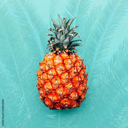 ananas-na-turkusowym-tle