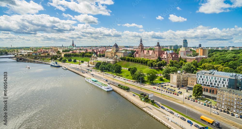 Fototapeta Szczecin - Wały Chrobrego i nabrzeże rzeki Odry. Krajobraz miasta z lotu ptaka.