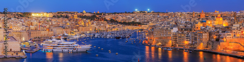 Photo view to Great Harbor at sunset from Upper Barrakka Gardens, Valetta, Malta