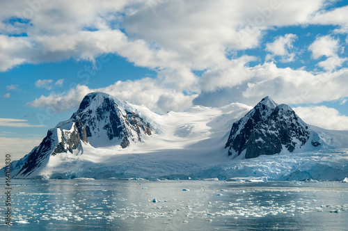 In de dag Antarctica Glacier carved snow capped mountains in Antarctica.
