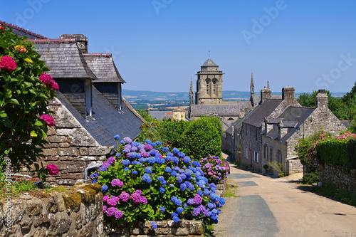 Valokuva das mittelalterliche Dorf Locronan in der Bretagne - medieval village of Locrona