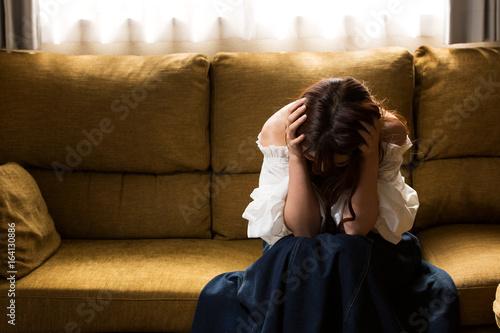 頭を抱える女性 Canvas Print