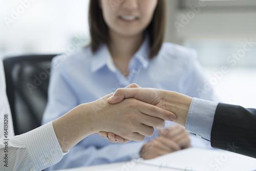 Fotografiet  Businessmen are shaking hands