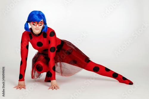 Plakat Dziewczyna z niebieskimi włosami. Sztuka kostiumowa. Dziewczyna w czerwonej sukience z czarnymi kropkami. Dziewczyna z cosplayem.
