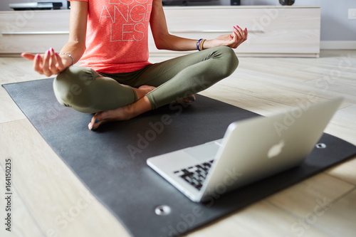 Ragazza fa yoga a casa con pc Canvas Print