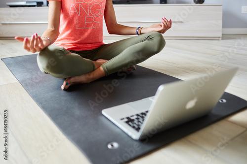 Fotografie, Obraz  Ragazza fa yoga a casa con pc