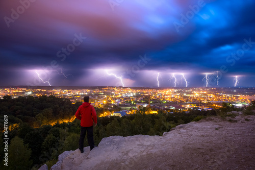 Plakat Burza z piorunami i błyskawice w nocy nad miastem