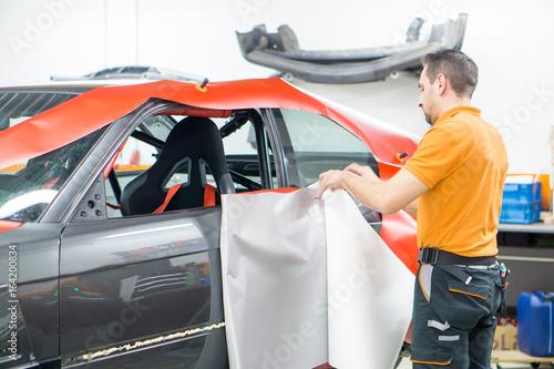 Abziehen Von Wrapping Folie Fur Vollfolierung Eines Autos Buy This