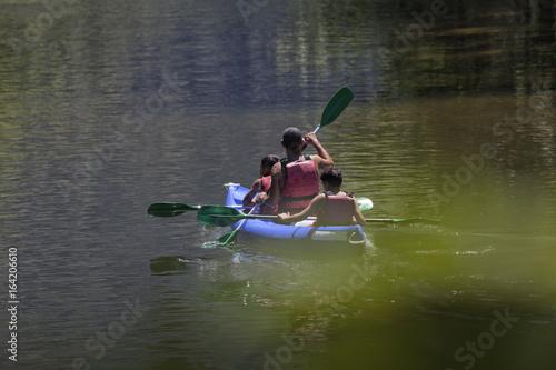 Photo Un padre rema con sus hijos en las vacaciones de verano