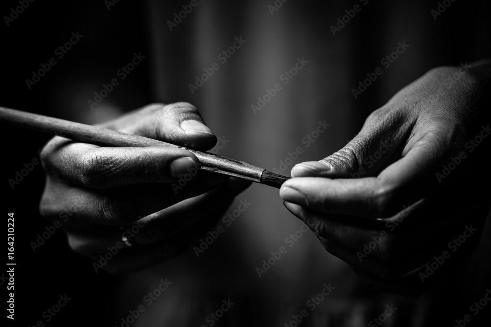 Fototapety, obrazy: The artist's hands hold a brush