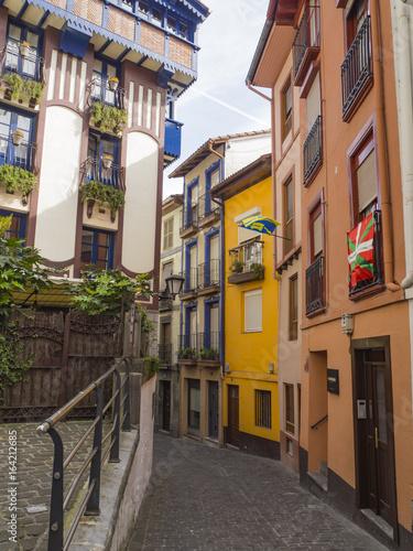 Keuken foto achterwand Smal steegje Por las calles de Mutriko, fachadas llenas de color y edificios con banderas, en la primavera de 2017