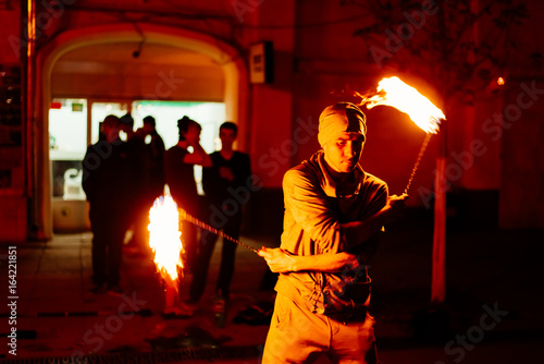 Fotografia  The guy on the street performs with fire torches