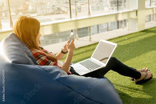 Photo Beautiful young woman use smartphone and laptop in afternoon, technology lifesty