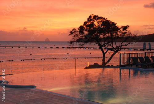 Papiers peints Corail Couché de soleil avec piscine en Bord de Mer
