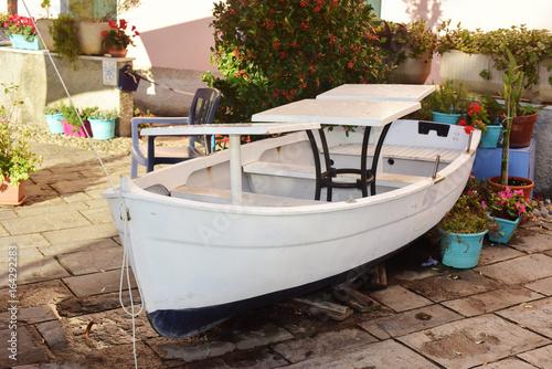 Fotografia  Barca da pesca, tirata a secco sulla terra ferma