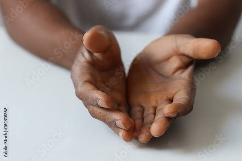 Fotografie, Obraz  Gestikulieren - offene schwarze Hände