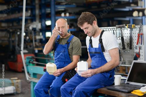 Fotografía  two worker in factory have a break